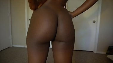 Slim thick darkskin shaking ass