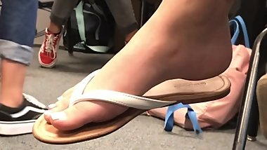 Candid teens white toes and arches caught in school *Like for more vids*