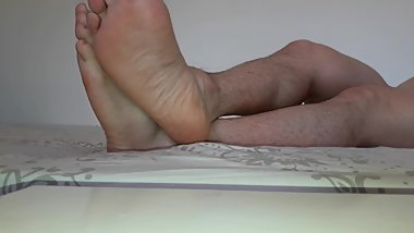 NAKED 19 YEARS YOUNG GUY WITH SENSITIVE FEET AND SEXY FOOT